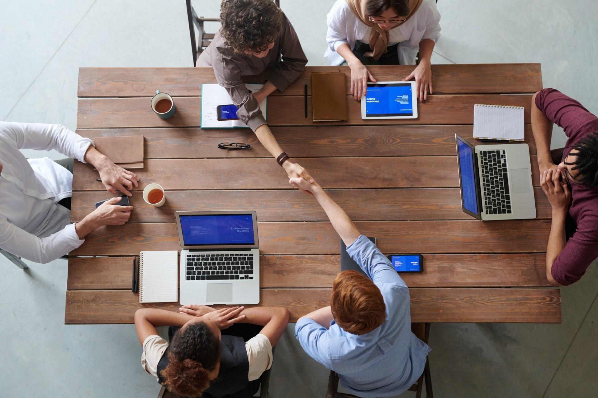 Một nhóm đang nghiên cứu cách bán hàng hiệu quả