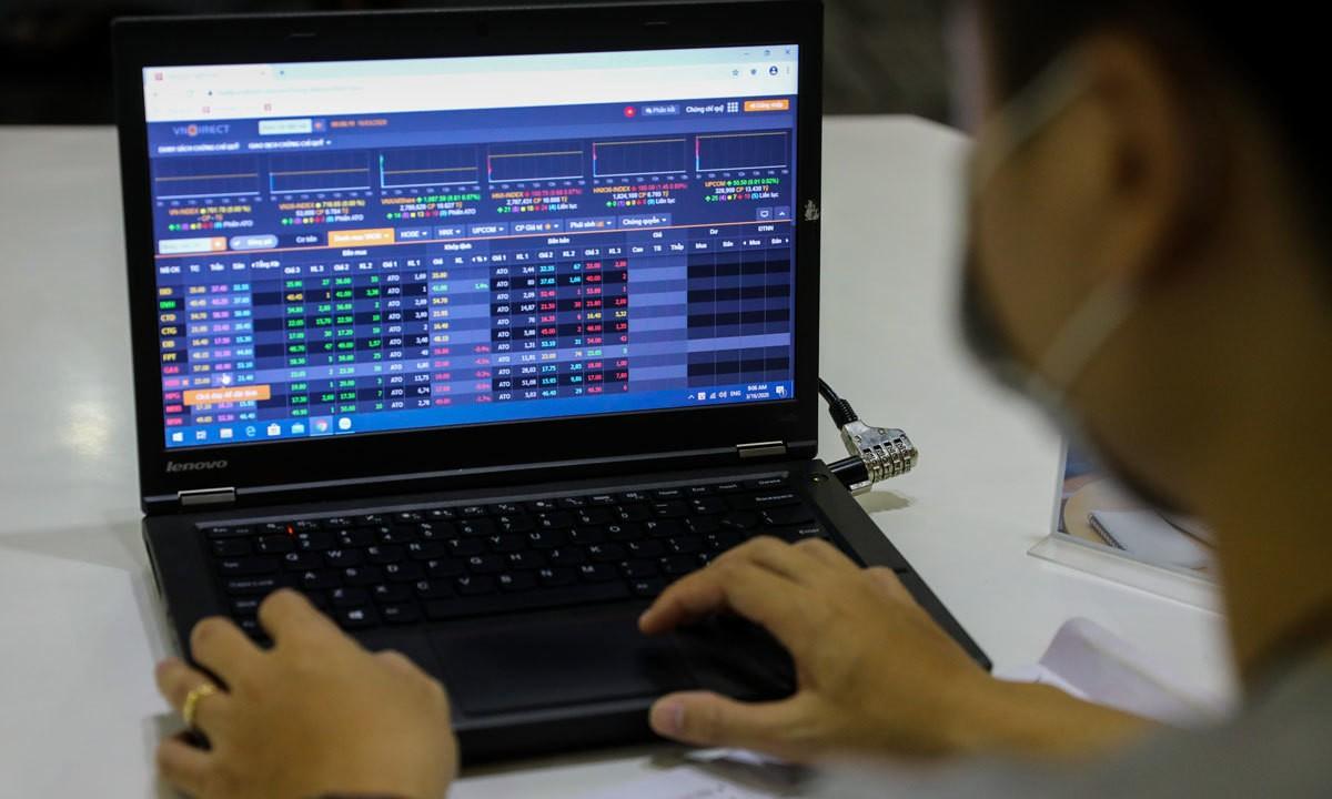 Các ngân hàng tư nhân thúc đẩy VN-Index kéo lùi
